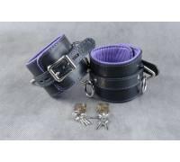 Кожаные подвёрнутые наручники с фиолетовой подкладкой
