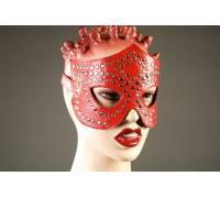 Красная маска-очки, профурнитуренная заклепками