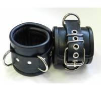 Чёрные наручники с застежкой-ремешком и 3 сварными D-кольцами