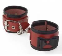 Красные наручники с черными лаковыми бантами и оторочкой