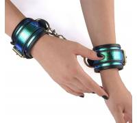 Кожаные сине-черные наручники с голографией